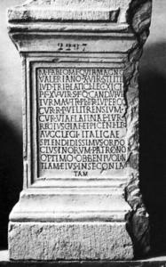 Base marmorea di M. Fabio Magno Valeriano. (Chiusi, Museo Nazionale Etrusco)